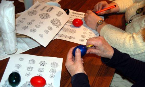 Podtrzymać tradycję – warsztaty kroszonkarskie w prudnickim muzeum
