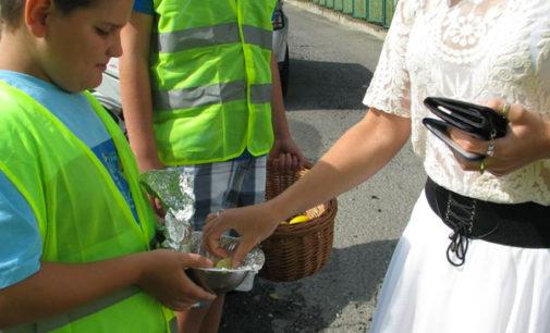 Policjanci rozdawali jabłka i cytryny