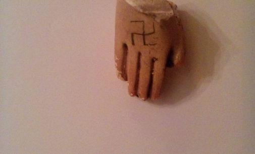 Malują swastyki, dewastują kapliczkę