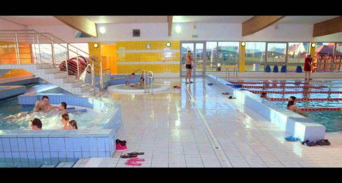 Wojewoda sprawdza basen