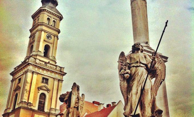 Wieża ratusza i kolumna maryjna na rynku w Prudniku