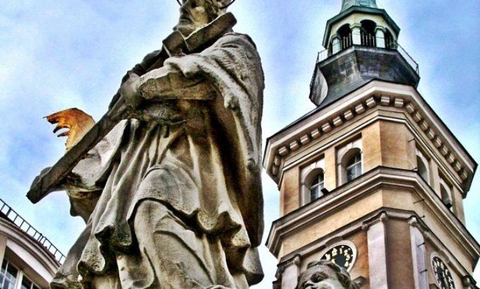 Wieża ratuszowa i pomnik Nepomucena w Prudniku