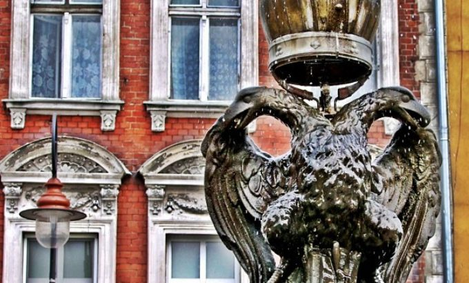 Studnia z fontanną i dwugłowym orłem Habsburgów
