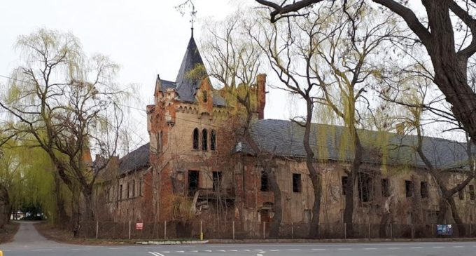 Zamek w Łące rozpada się
