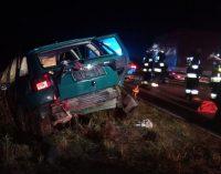 Pijany w sztok roztrzaskał swój wóz. Wcześniej wyprzedzał policję