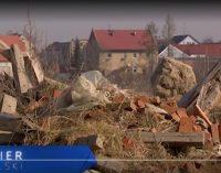 Ktoś ustawicznie zaśmieca pole rolnikowi z Dytmarowa. TVP3 Opole: właściciel wyznaczył nagrodę